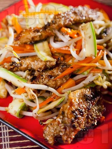 Зеленчукова салата с пилешко месо, тиквички, сусам и кълнове - снимка на рецептата